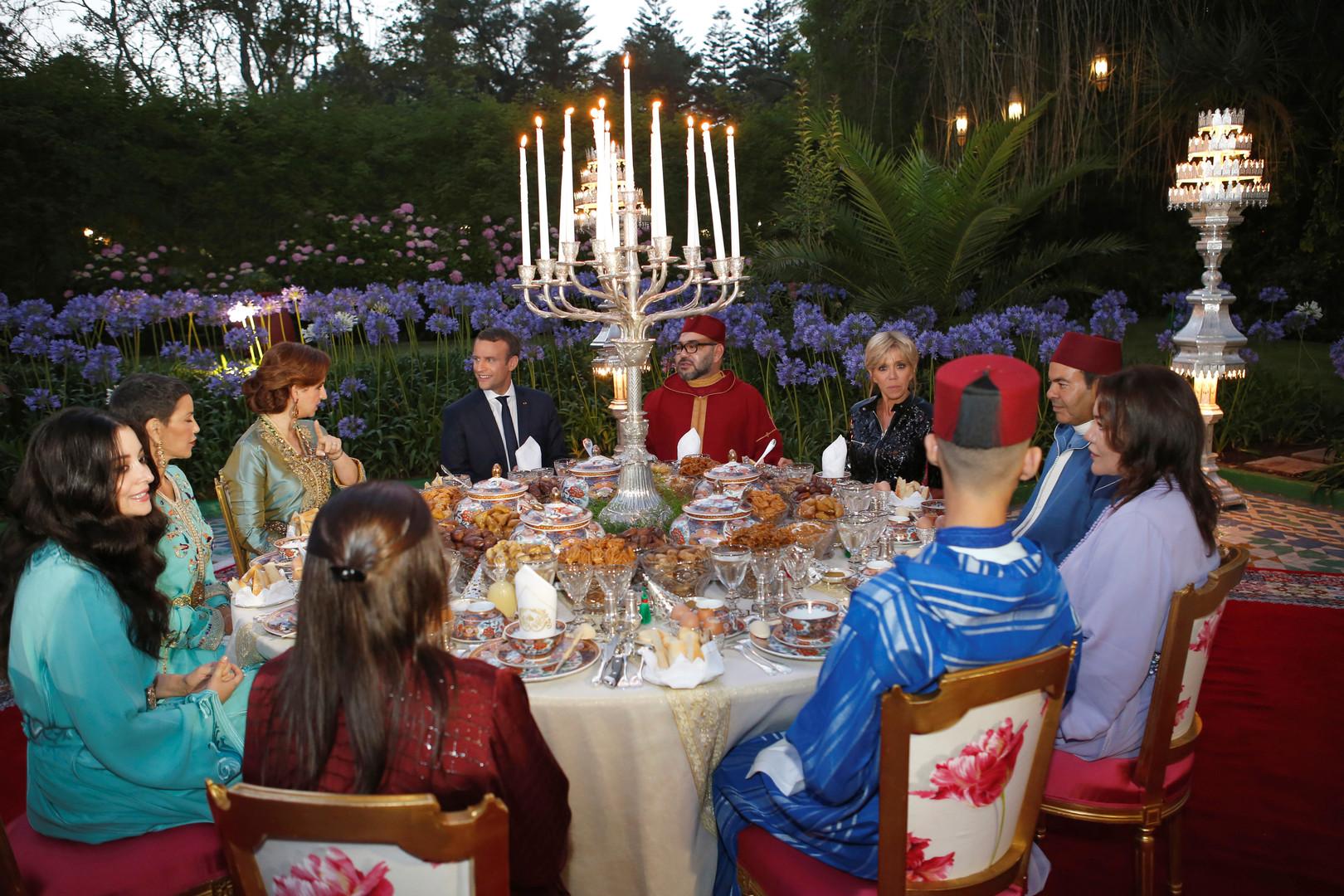 الرئيس الفرنسي إيمانويل ماكرون يشيد بمائدة الفطور مع الملك